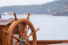 Bootslenkrad vom Holz Stockbild