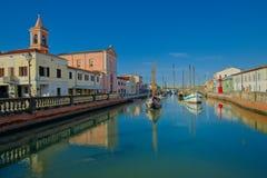 Bootsmuseum im Kanal-Hafen in Cesenatico-Kirche und in der alten Boa Lizenzfreie Stockbilder