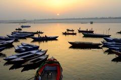 Bootsmuster zu der Zeit des Sonnenaufgangs lizenzfreie stockfotos