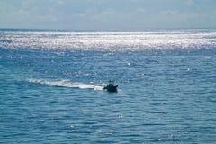 Bootsnelheden in de Atlantische Oceaan in de Sleutels van Florida met medio dagzon die op water glimmen Royalty-vrije Stock Foto's