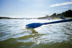 Bootspaddel auf dem Wasser von See, rudernd Lizenzfreie Stockfotografie
