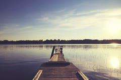 Bootspier auf einem See mit großem Sonnenlicht Lizenzfreies Stockbild