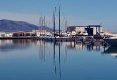 Bootsreflexion im Hafen Stockbilder
