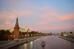 Bootsreise auf dem Fluss Moskau nahe dem Kreml lizenzfreies stockbild