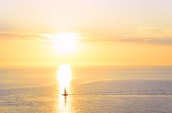 Bootsschattenbild am Sonnenuntergang Stockfoto