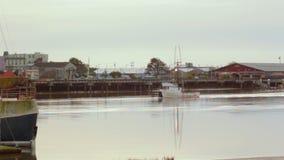 Bootsschiff zieht in Hafen bedecken langsam Dock stock video