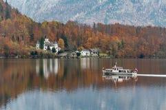 Bootssegeln auf Hallstatter See, Ober?sterreich lizenzfreie stockfotografie