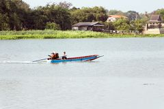 Bootssegeln des langen Schwanzes in Chao Phraya River lizenzfreies stockfoto