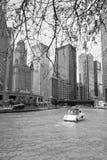 Bootssegeln durch ein Fluss herein Stadtzentrum von Chicago lizenzfreie stockfotografie