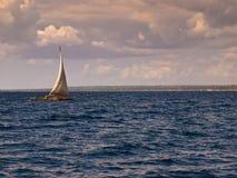 Bootssegeln im blauen Meer  Lizenzfreie Stockfotografie