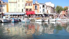Bootssegeln im Hafen des Cassis, südlich von Frankreich stock video footage