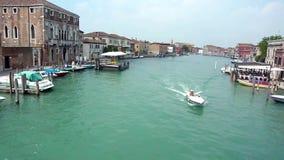Bootssegeln im Kanal in der Insel von Murano stock video