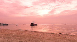 Bootssegeln im Meer mit einem schönen Satzsonnenuntergang hinten Stockbild