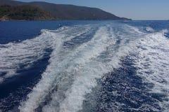 Bootsspuren im Wasser Stockfotos