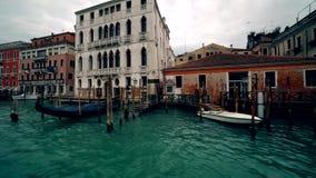 Bootsverkehr entlang dem Canal Grande in Venedig mit Grand Canal Italien 4K stock video footage