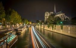 Bootsverkehr im Wadenetz nahe bei Notre-Dame lizenzfreie stockfotos