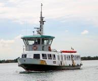Bootveerboot voor het vervoeren van passagiers en toeristen Royalty-vrije Stock Fotografie