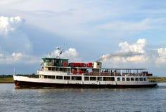 Bootveerboot voor het vervoeren van passagiers en toeristen Royalty-vrije Stock Afbeelding