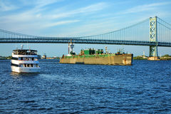 Bootverkeer met Cruiseschip en Aak op Rivier Stock Afbeeldingen