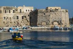 Bootwinst naar haven met het kasteel Stock Fotografie