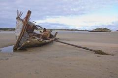 Bootwrak op strand Stock Foto's