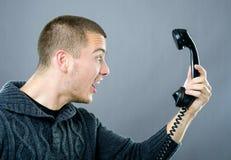 Booze mens die op telefoon schreeuwt stock foto's