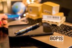 BOPIS - Koop online bestelwagen in opslag - van de bedrijfs stillevenlogistiek concept met laptop, telefoon, mini verschepende ka stock foto