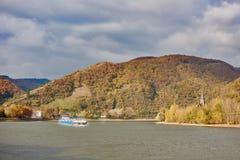 BOPPARD, ALLEMAGNE - 6 NOVEMBRE 2016 : Les vents de Rhein de rivière entre l'automne ont coloré des collines avec la vue sur l'as Image stock