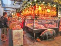 Boqueria?? 逆jamon和其他猪肉纤巧被卖的地方 库存照片