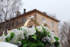 Boquet de décorations de mariage avec des anneaux d'oiseaux Photographie stock