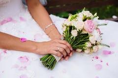 Boquet de flores cor-de-rosa nas mãos da noiva Fotografia de Stock