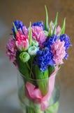 Boquet de la primavera de flores en florero en la postal Foto de archivo libre de regalías