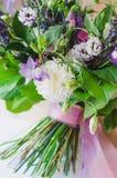 Boquet de la primavera de las flores para el presente Imágenes de archivo libres de regalías