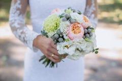 Boquet dei fiori in mano della sposa fotografie stock