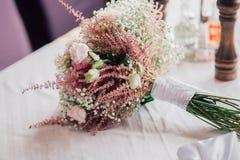 Boquet di nozze sulla tavola Fotografia Stock Libera da Diritti