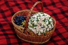 Boquet e frutos diferentes na cesta de vime Fotografia de Stock Royalty Free