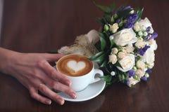 Boquet y café de los amantes del capuchino Fotografía de archivo libre de regalías
