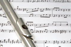 Boquilla de la flauta en partitura Fotos de archivo libres de regalías