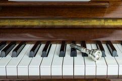 boquilla sobre las llaves del piano, cierre de la trompeta para arriba Imagen de archivo