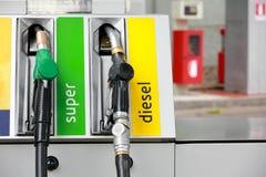 Boquillas de la bomba de gasolina en la gasolinera Imagenes de archivo