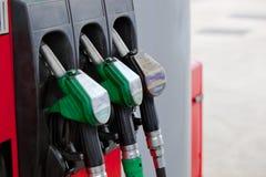 Boquillas de las bombas de gasolina en una gasolinera Imagen de archivo libre de regalías