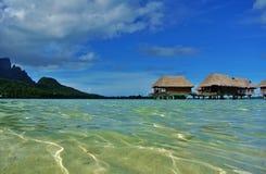 Bora Bora, água claro com bungalows do overwater imagens de stock royalty free