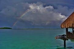 Bora Bora, arco-íris sobre a lagoa com bungalow imagem de stock