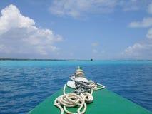 Bora Bora Boat auf Lagune Stockfotos