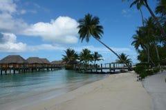 Bora Bora overwaterkojor Arkivbilder