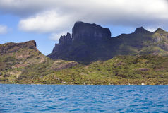 Bora Bora, Polynesia Bergen, het overzees, palmen Royalty-vrije Stock Foto