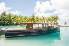 Bora Bora Tahiti overwaterbungalow Arkivfoto