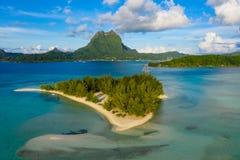 Bora Bora en français la vue aérienne de Polynésie française de la lagune et du bâti de corail Otemanu de Motu photos stock