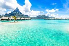 Bora Bora Island, Polinesia francesa Un paraíso verdadero con agua de la turquesa Destino buscado por los pares en luna de miel fotos de archivo