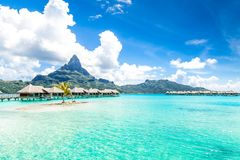 Bora Bora Island, Polinesia francesa Un paraíso verdadero con agua de la turquesa Destino buscado por los pares en luna de miel foto de archivo